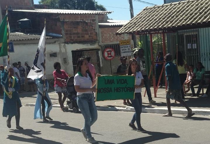 alunas no desfile cívico