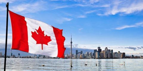 foto da cidade no Canadá, com uma bandeira do Canadá voando