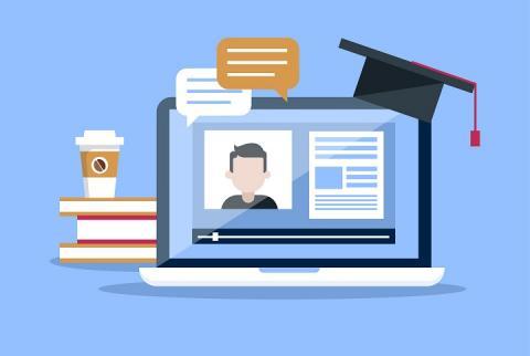 Ilustração com fundo azul e um notebook aberto exibindo uma vídeo aula, uma pilha de livros ao lado do notebook e um chapéu de formando acima dele