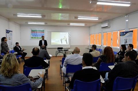 Diretor-geral do campus Belford Roxo, Fábio Silva, na frente da sala, fala aos presentes