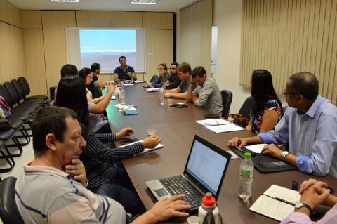 pró-retor Igor Valpassos em reunião com os diretores de administração dos campi, na sala de reuniões da reitoria na praça da bandeira