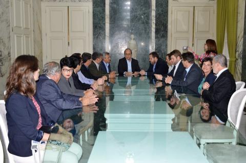 Participantes da reunião sentados ao redor da mesa