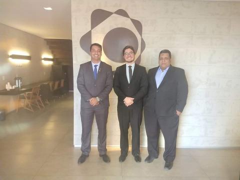 Igor, Rafael e Rodney posam de pé para a foto