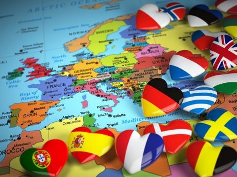 Mapa da Europa com vários corações estampados com bandeiras de países europeus