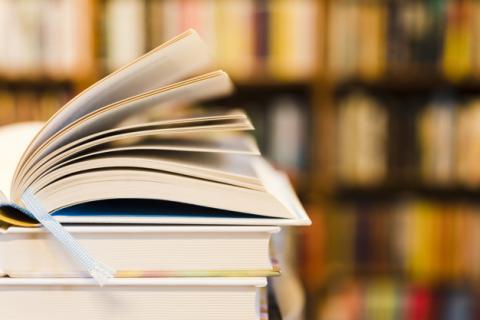 livro aberto na biblioteca