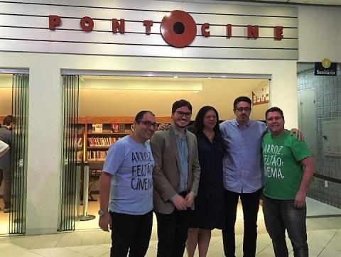 Reitor, ministro e diretores do ponto cine posam para a foto na frente da faixada do cinema